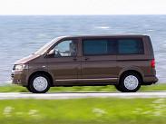 Самый доступный VW Multivan в России можно купить за 1 599 400 рублей -- это будет машина с 84-сильным дизелем 2.0, механической коробкой передач и самым простым оснащением. Есть еще несколько версий с бензиновыми и дизельными моторами разной мощности - от 115 до 204 сил, а топовый вариант с бензиновым 2.0 (204 силы), DSG и полным приводом обойдется в 3 136 600 рублей, что сопоставимо с самым дорогим V-классом.