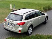 """**Subaru Outback**. Сильные стороны японского автомобиля -- низкий центр тяжести, симметричный полный привод и великолепно настроенная подвеска. Да и дорожному просвету позавидуют многие кроссоверы: 213 миллиметров. Однако, уровень оснащения """"Аутбека"""" не дотягивает до конкурентов, в отличие от цен, которые начинаются с отметки в 1,454 миллиона за версию с МКПП и двигателем 2.5 и доходят до 2,117 миллиона за версию с 3.6."""