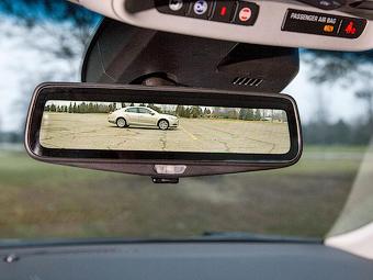Cadillac совместил монитор и зеркало заднего вида