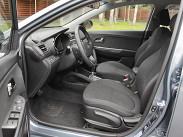 Диапазоны регулировок у водительского сиденья достаточные, но профиль у кресла не самый оптимальный, поясничный подпор слабоват, а рулевую колонку нельзя настроить по вылету. Зато обзорность по сторонам с водительского места хорошая.