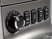 За селектором «автомата» примостилась вращающая рукоятка, отвечающая за выбор режима трансмиссии (2WD, Auto, 4Н и 4L), а также кнопки отключения ESP и подогрева сидений.