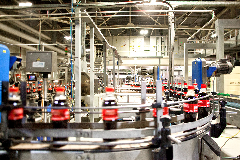 Завод Coca-Cola Hellenic — партнер The Coca-Cola Company, который смешивает и разливает газировку. Первые этапы производства происходят не в России. Coca-Cola Hellenic — один из самых крупных ботлеров (заводов, где занимаются розливом), он обслуживает 28 стран Европы, штаб-квартира — в Афинах