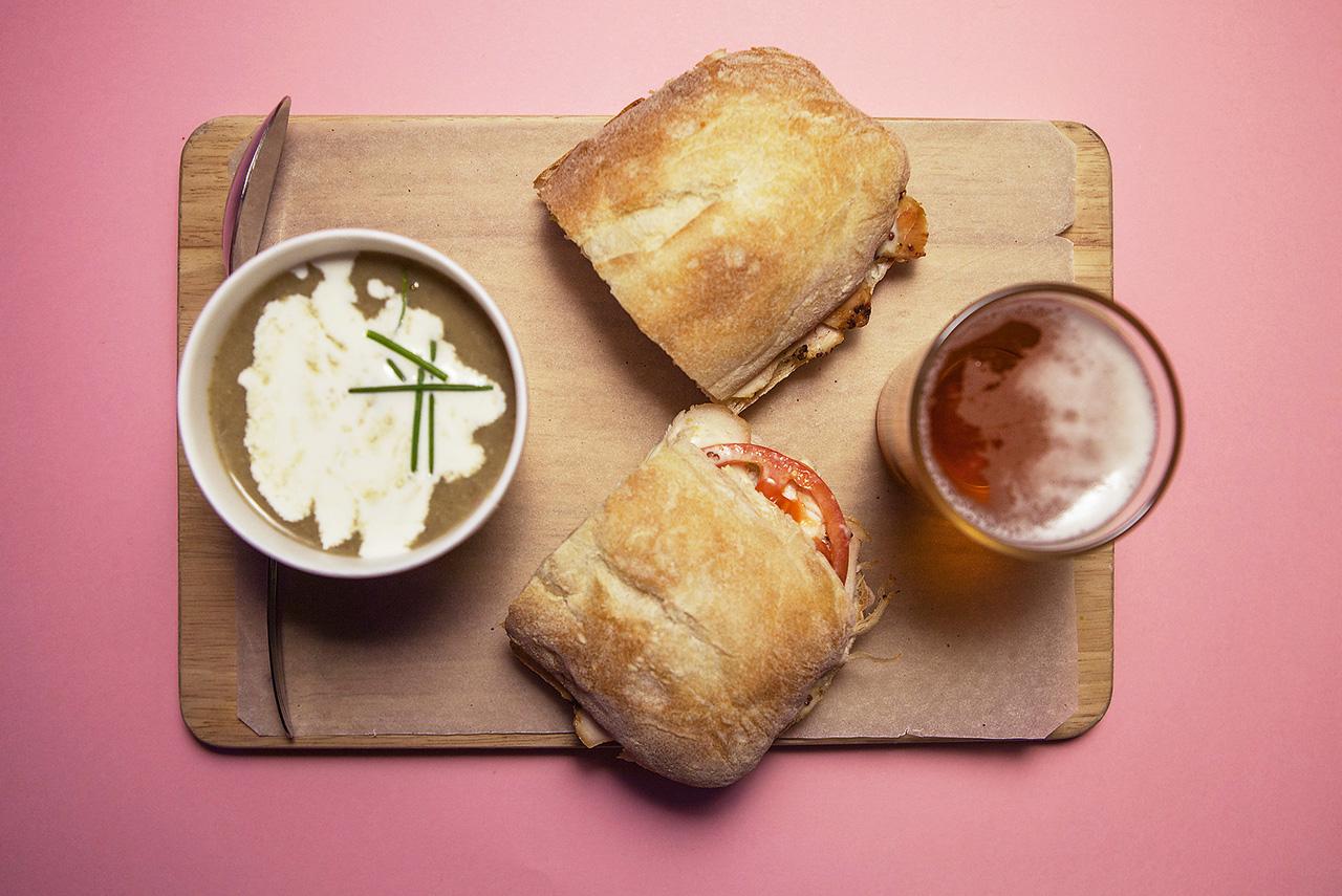 Сэндвич с курицей 250 р., суп дня (тыквенный) 100 р., пиво 100 р.