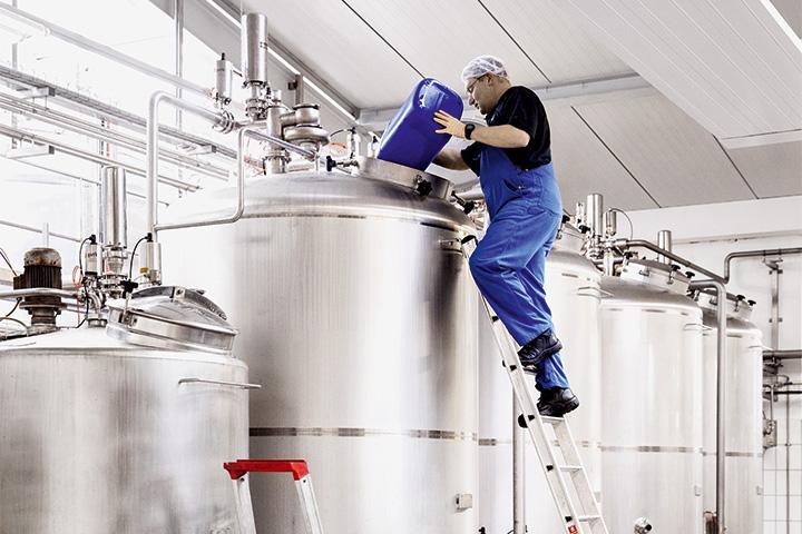 Лимонад смешивают вот в таких стальных танках из воды, сахара, концентрата и лимонной кислоты