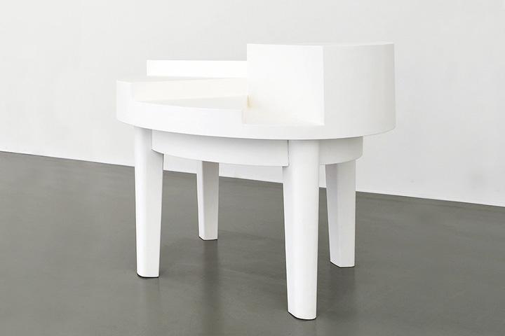 Инсталляция «Стол для дискуссий» на самом деле не предполагала буквального использования, но посетители вернисажа иронию не поняли и ставили на объект пустые бокалы