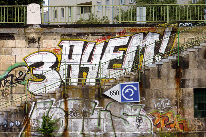 Команда «Зачем» —одна из первых городских граффити-группировок, начавших бомбить свое название в самых труднодоступных местах города