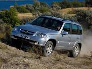 Chevrolet Niva, пожалуй, основной конкурент Renault Duster. Российский «вседорожник» комплектуется единственным бензиновым 1,7-литровым четырехцилиндровым двигателем мощностью 80 лошадиных сил и пятиступенчатой механической передач. «Нива» постоянно модернизируется, одним из последних новшеств стало внедрение ABS и фронтальных подушек безопасности. Автомобиль предлагается в четырех комплектациях по цене от 439 000 рублей.