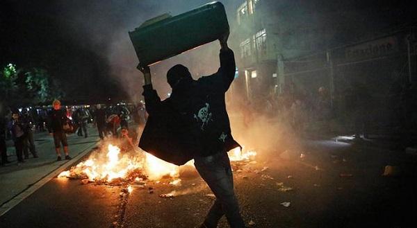 Митингующие подожгли супермаркет изабили посетителя
