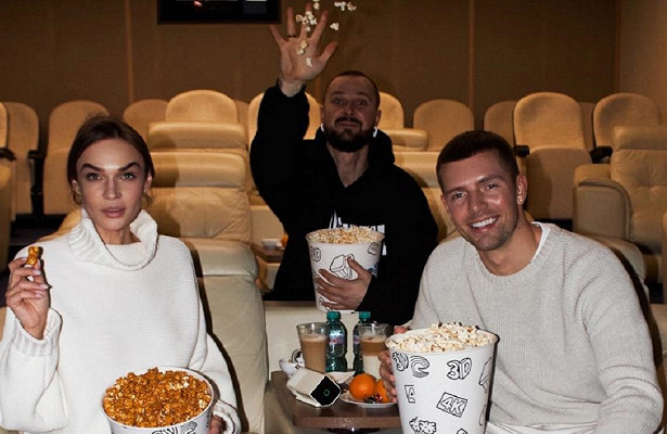 Алена Водонаева сдрузьями заняла целый кинозал дляпросмотра «Серебряных коньков»