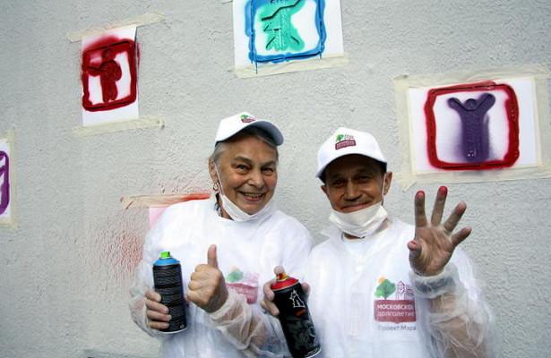 «Московское долголетие»: молодые художники научили пенсионеров рисовать граффити