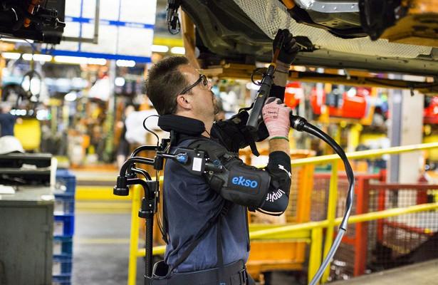 Автомобили Ford будут собирать вэкзоскелетах