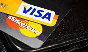 Visa перестала обслуживать карты двух российских банков