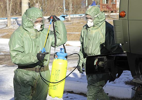 Специалисты РХБзащиты ВВОвУлан-Удэежедневно расходуют свыше 500литров дезинфицирующего средства дляспецобработки самолетов ипоездов