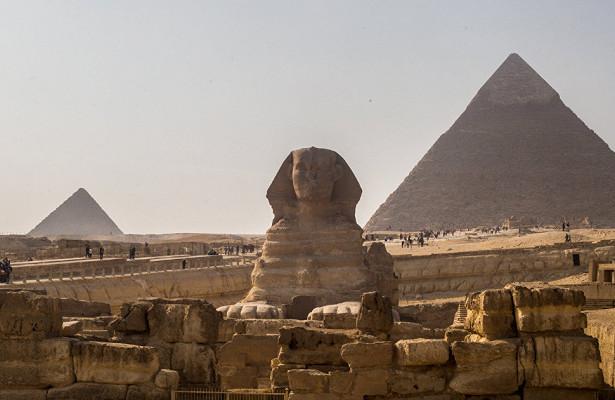 Фото нафоне пирамид вызвало скандал вЕгипте