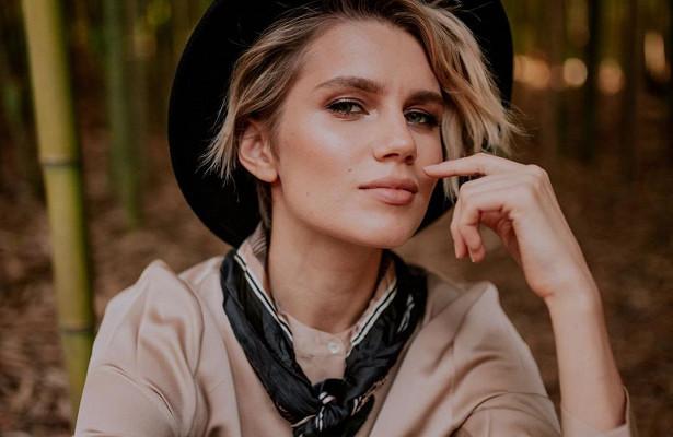 «Красотка»: стильная Дарья Мельникова устроила фотосессию вбамбуковом лесу