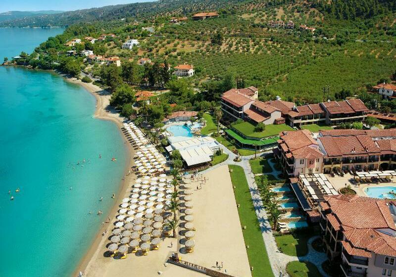Отель в Никити на берегу моря
