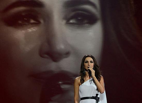 Певица Зара расплакалась наконцерте вКремле