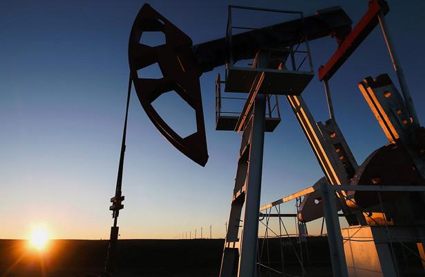 Нефть дешевеет более чемна2,5%