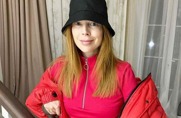 Беременная Подольская, облаченная вшелковый халат скружевом, показала выросший животик