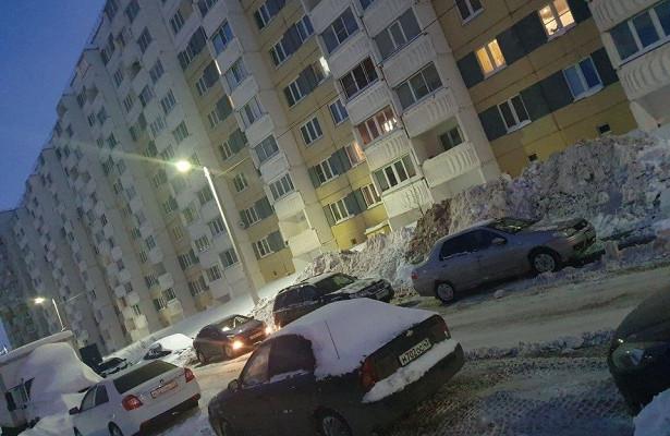 ВКирове подрядчик спихнул снег стротуара водвор жилого дома
