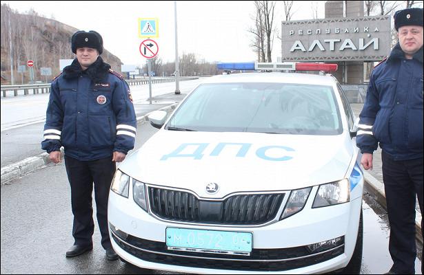 ВРеспублике Алтай сотрудники ДПСпередали найденного нафедеральной трассе подростка родителям