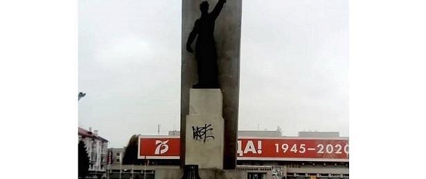 Вандалы изуродовали памятник наплощади Партизан вБрянске
