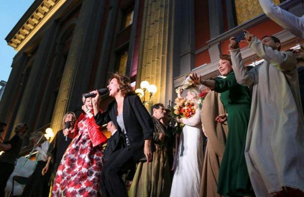 Артисты Театра Вахтангова закрыли сезон уличным праздником наАрбате