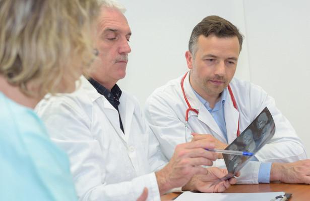 Вздутие живота иохриплость: врачи назвали незаметные симптомы рака