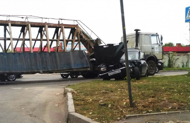 Пожилой воронежец налегковушке влетел вгрузовик иоказался вбольнице
