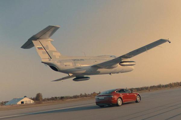 Россияне разогнали электромобиль Tesla и реактивный самолёт до одной скорости