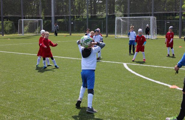 Юные жители САОсыграют вфутбол