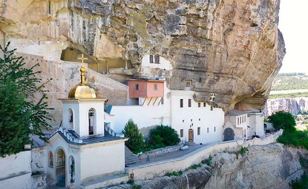 Юнкоры «Юнармии» показали репортаж изБахчисарайского Свято-Успенского монастыря вКрыму