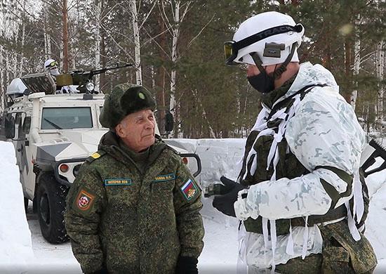 Ветеран Великой Отечественной войны поздравил разведчиков ЦВОсДнем защитника Отечества вовремя учения