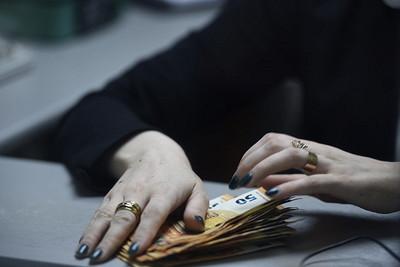 Курс доллара наоткрытии торгов Мосбиржи снизился до74,98рубля