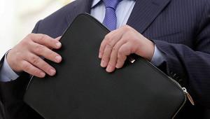 Российским госслужащим заморозили зарплаты