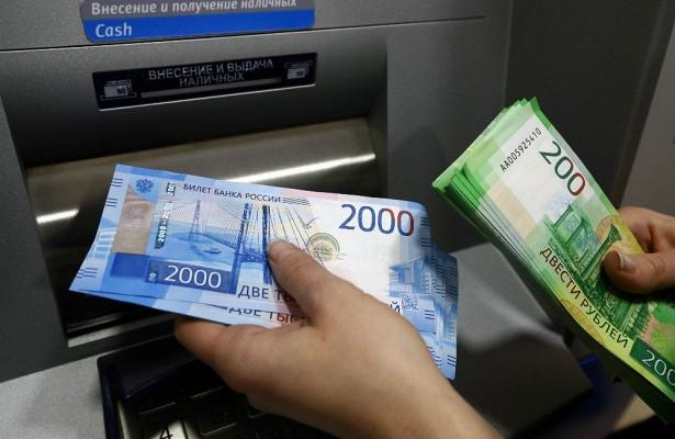 Падающий рубль делает жителей России ещёбеднее