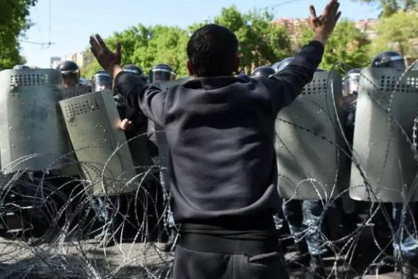 Протесты вАрмении разогнала полиция вкитайской форме