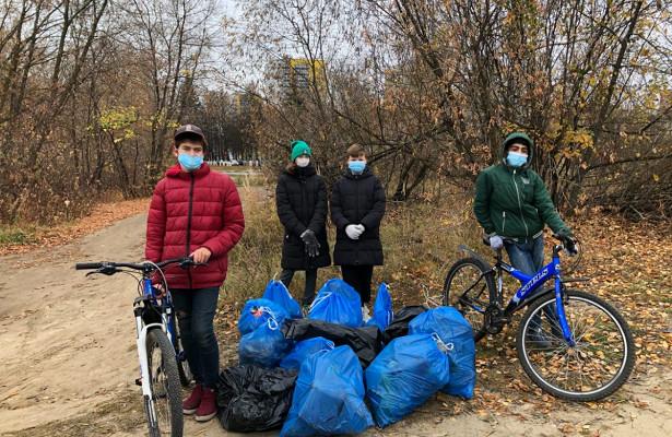 Велосипедисты собрали более 30кгмусора вСормовском районе