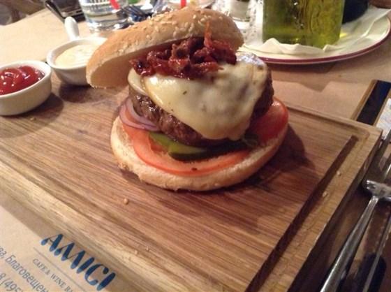 Ресторан Amici - фотография 1 - Сочный бургер с котлетой из говядины зернового откорма и сыром скаморца