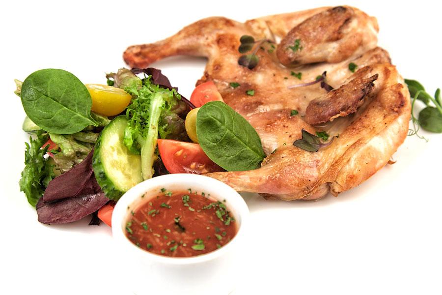 "Ресторан Де Марко - фотография 26 - Цыпленок ""Табака"" со свежими овощами."