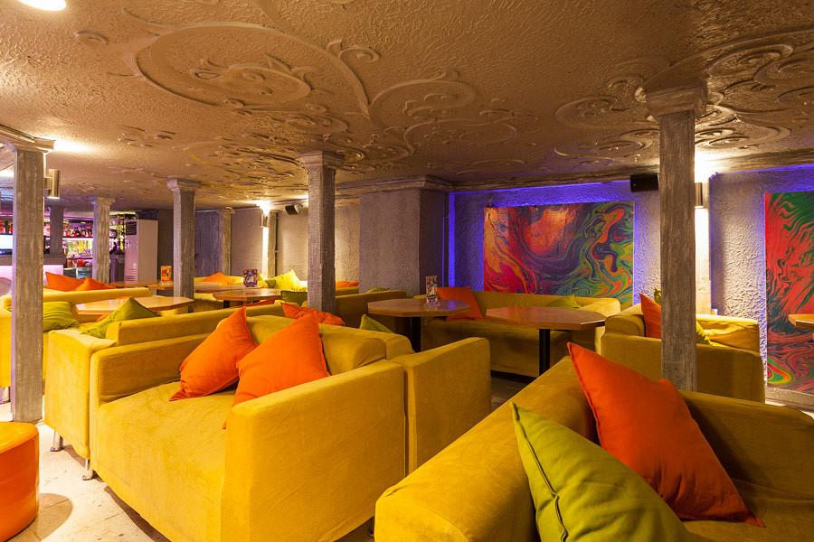 Ресторан Shishas Happy Bar - фотография 9 - Зона с мягкими диванами