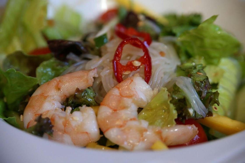 Ресторан Corner Café & Kitchen - фотография 27 - Тайский салат с рисовой лапшой и креветками