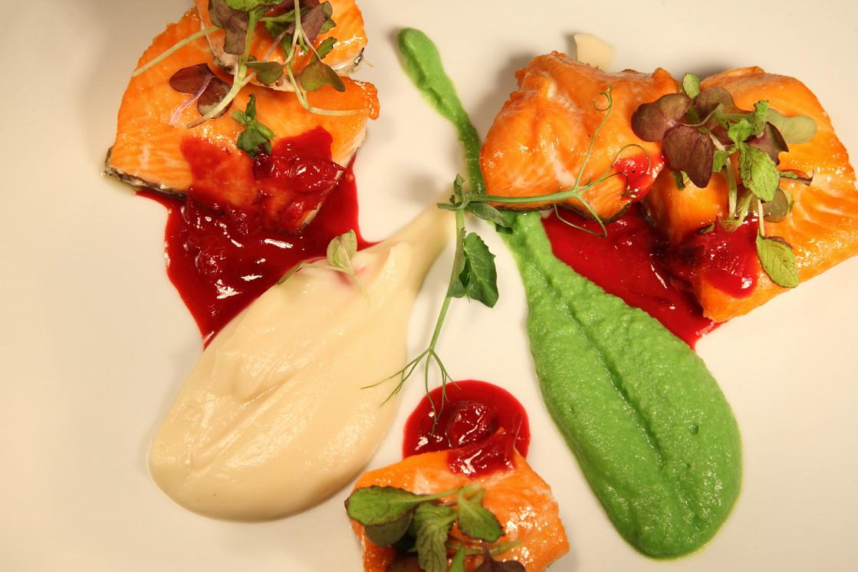 Ресторан День - фотография 5 - Карельская форель с кремом из корня сельдерея и зеленого горошка с соусом из клюквы