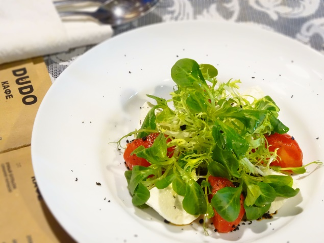 Ресторан Dudo - фотография 12 - Сочетание нежной моцареллы с печеными бакинскими помидорами. Подается с песто из вяленых томатов, миксом салата, сушеными маслинами и оливковым маслом.