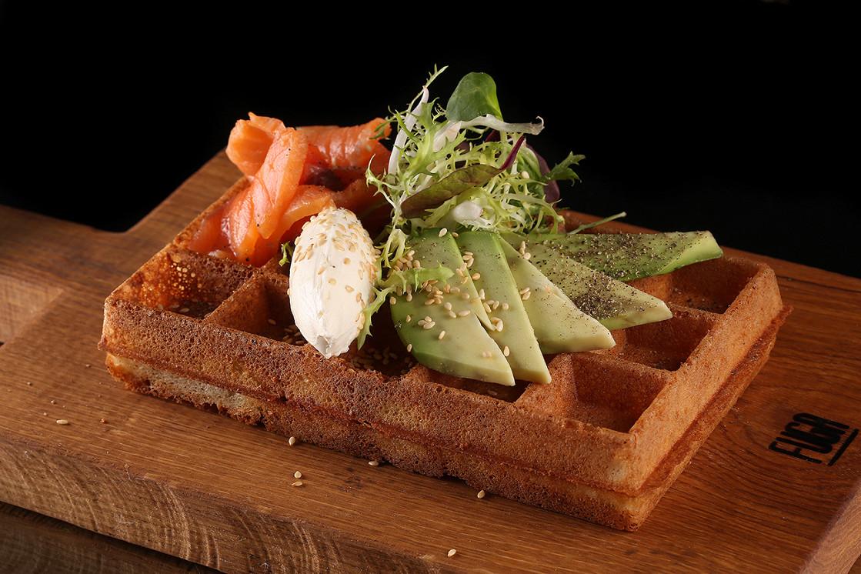 Ресторан Pauwel Kwak Pub на Мичуринском - фотография 6 - Бельгийская вафля с красной рыбой, авакадо и маскарпоне