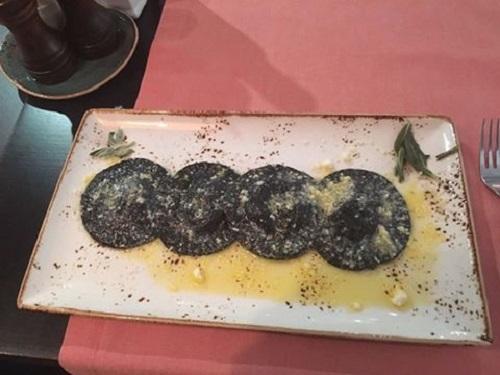Ресторан Baraonda cantina - фотография 3 - Черные равиоли с морским волком