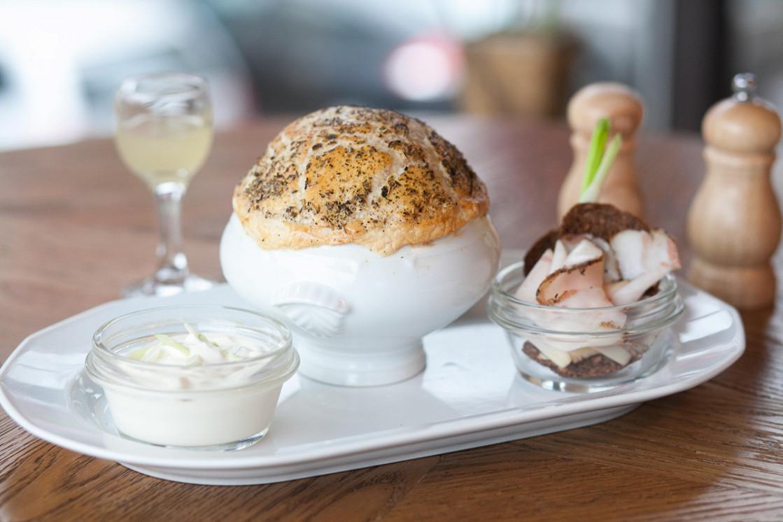 Ресторан Henry - фотография 12 - Борщ с копчёной сметаной, зеленым луком, подается с грудинкой, ржаными гренками и домашней хреновухой.