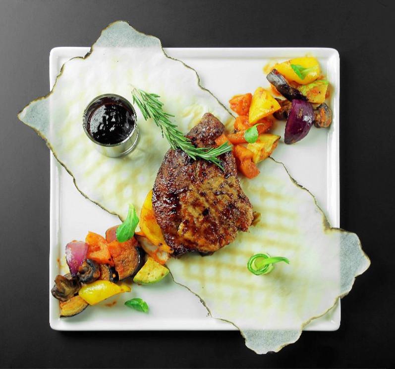 Ресторан Pool Bar & Grill - фотография 5 - Мясо поросёнка с фруктово-овощным рататуем