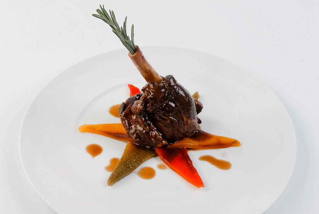 Ресторан Real Food Гриль - фотография 12 - Ножка ягненка, тушенная с розмарином, подается с печеным перцем и соусом Глинтвейн
