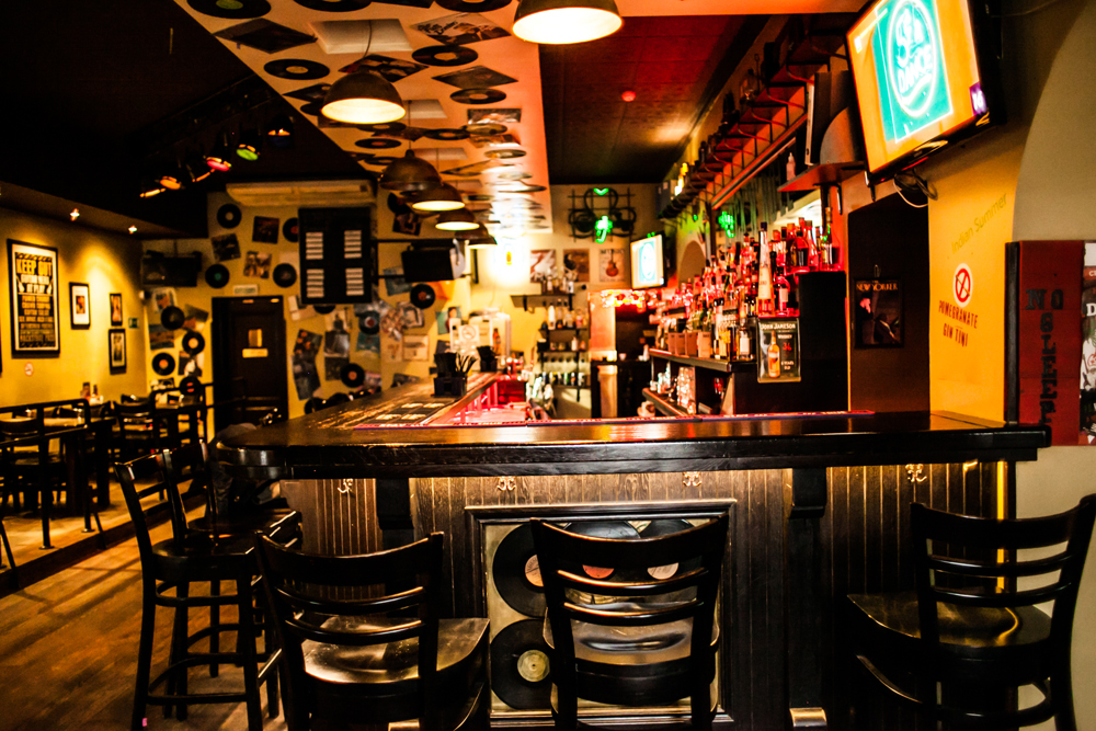 Ресторан Rock'n'Roll Bar & Café - фотография 1 - Зал №3